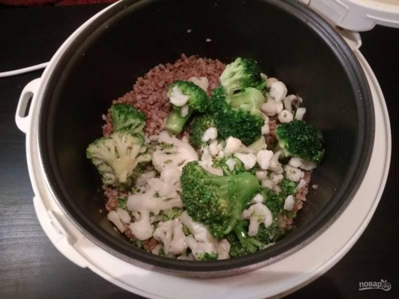 2. Спустя 15-20 минут добавьте брокколи. Всыпьте соль и перец.