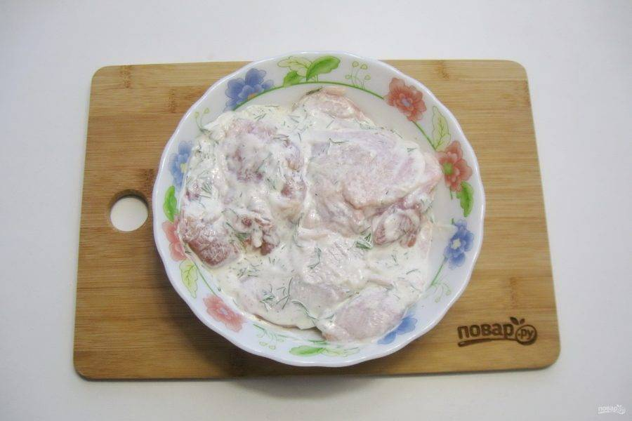 Любые мясистые части курицы помойте и выложите в маринад. Держите курицу в маринаде минимум 30 минут.
