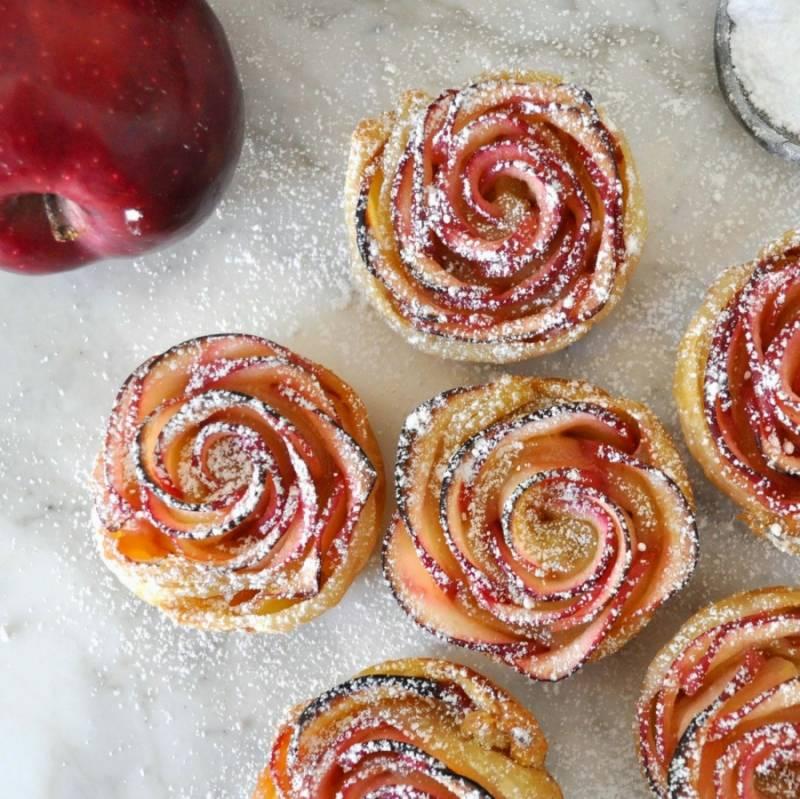 После того как, булочки будут готовы, вы можете при помощи сита посыпать их корицей и сахарной пудрой. Булочки из слоенного теста с яблоками готовы. Приятного аппетита!
