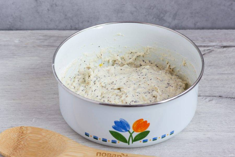 Муку просейте и перемешайте с дрожжами. Введите в тесто и поставьте его в теплое место на 30-40 минут, чтобы тесто поднялось.