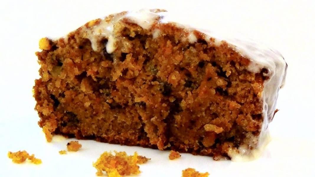 4.  Покройте слегка остывший пирог глазурью. Приятного аппетита!
