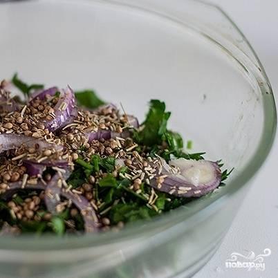 В миске смешиваем петрушку, лук, кориандр и розмарин, также оливковое масло, соевый соус. Перемешиваем. Маринад готов.