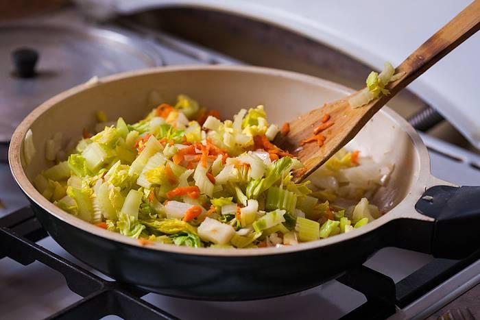 Далее мы нарезаем стебли сельдерея, морковь трем на крупной терке, выкладываем овощи к остальным ингредиентам.