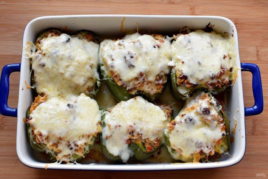 Выньте подрумяненные перцы и щедро посыпьте их сначала моцареллой, а сверху – пармезаном. Отключите нагрев духовки и поставьте в нее перцы на пару минут, чтобы сыр свободно расплавился.