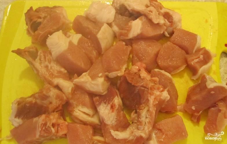 Свинину промойте, обсушите и порежьте небольшими кубиками.