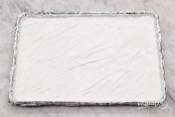2. Выложите ровным слоем на противень и отправьте в разогретую до 120 градусов духовку.