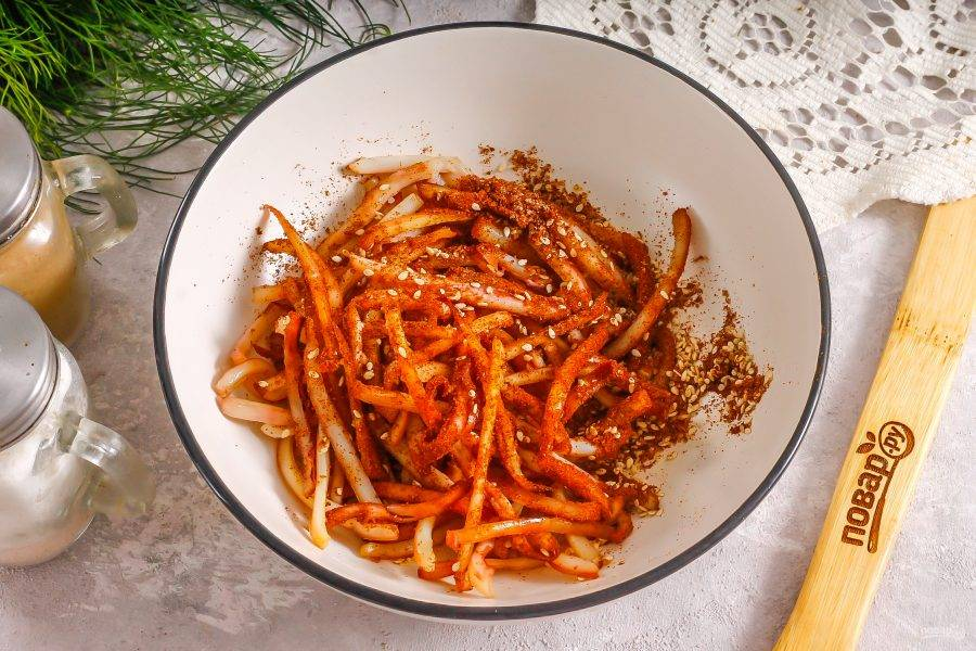 Перемешайте их в глубокой емкости с заявленными специями. Если любите острые закуски, то добавьте туда же пару щепоток молотого красного перца (чили).