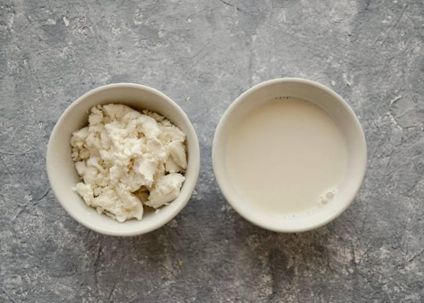 В блендере измельчите миндаль с водой. Отожмите через марлю. Получится миндальное молоко и ореховый жмых, который мы тоже будем использовать.