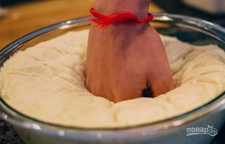 7.Снимите полотенце и ударьте в центр кулаком, слегка прижмите.