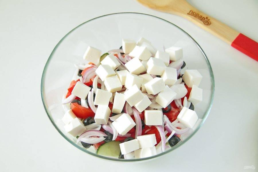 8. И сыр, нарезанный крупными кубиками.