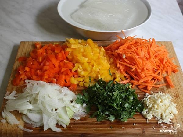 Для начала измельчаем овощи: перец нарезаем кубиками, лук полукольцами, морковь соломкой, а чеснок и зелень просто измельчаем. Макароны заливаем кипятком и оставляем на 7 минут.