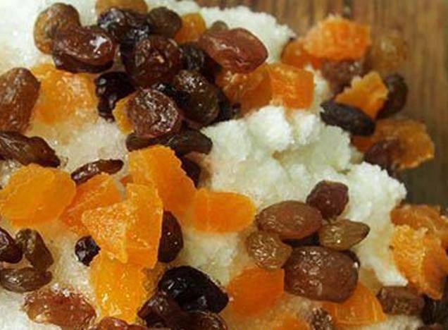 Добавьте к творогу сахар и сухофрукты. Курагу порежьте на кусочки.