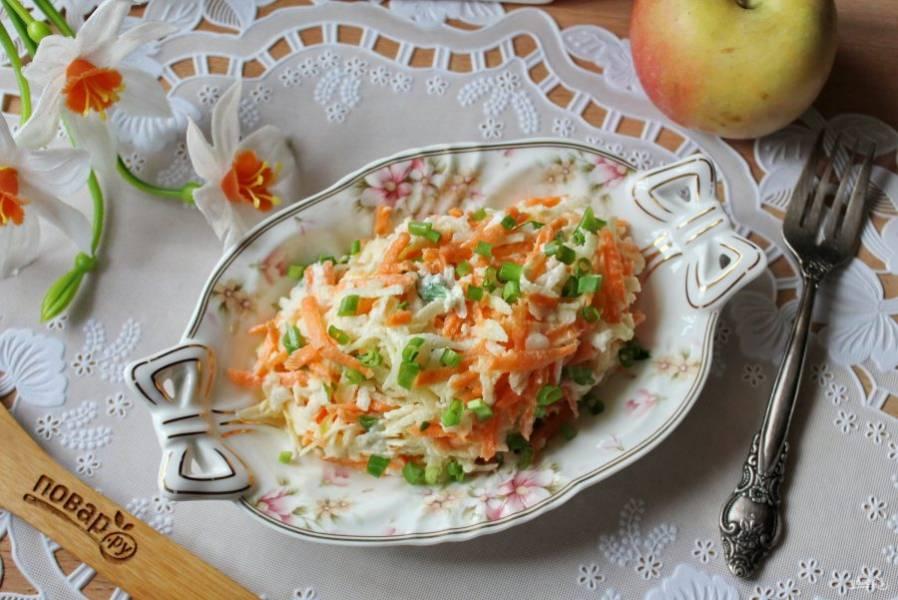 Свежий, легкий и сочный салат подавайте на закуску. Приятного аппетита!