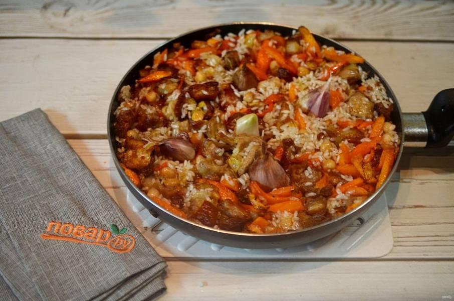 13. Воткните в рис дольки чеснока.