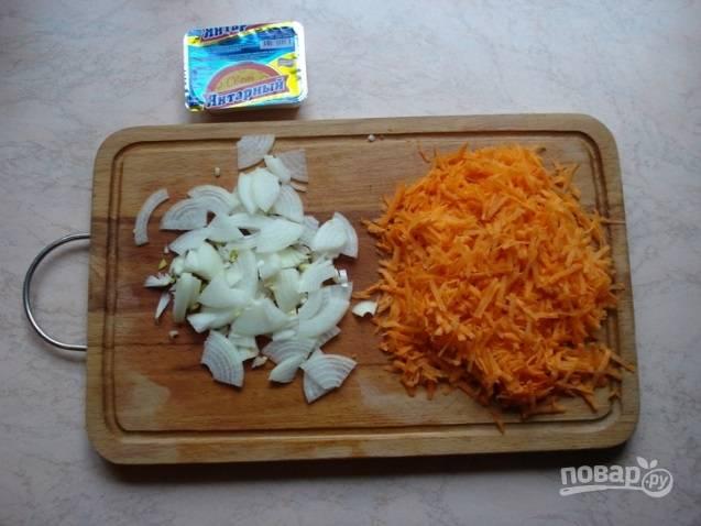 Воду доведите до кипения. Добавьте в неё нарезанный четвертинками лук и натёртую морковь.