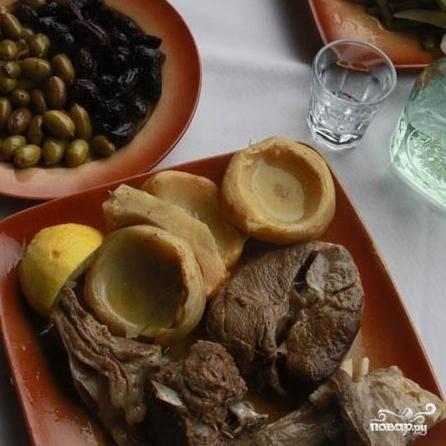 Подавать баранину с артишоками лучше всего с оливками и ракией. Ааах, как аппетитно выглядит все на фотографии, аж слюнки текут :)