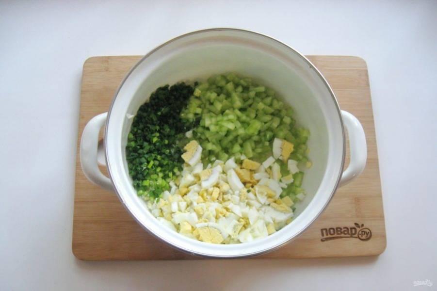 4. Зеленый лук помойте и также мелко нарежьте.