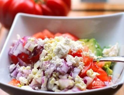 4. Добавьте по вкусу фету, оливковое масло, специи при желании. Все, овощной салат с авокадо и сыром готов. Быстро и вкусно!