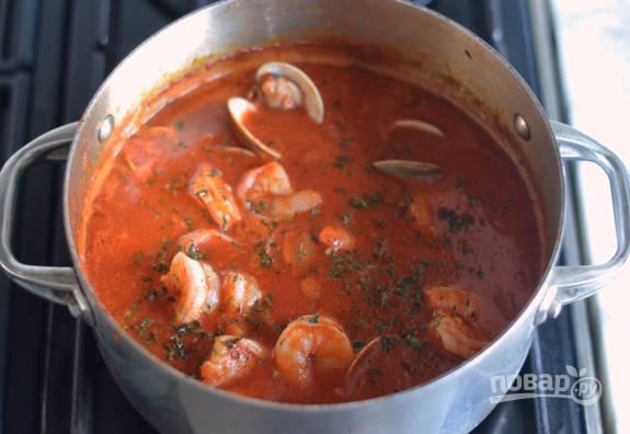 9. Теперь варите суп около 5 минут, пока малюски не раскроются. Добавьте мелко нарезанный тимьян.