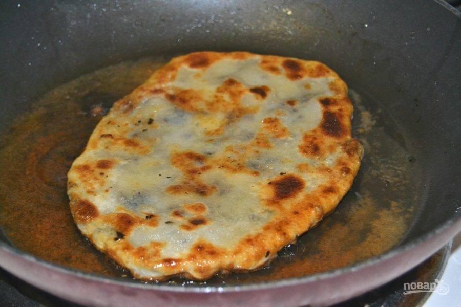 14.Разогрейте чистую сковороду с растительным маслом и выложите лепешку, обжаривайте ее на среднем огне до румяной корочки.