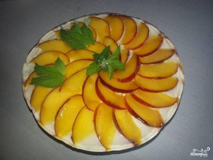 Из персика удалите косточку, нарежьте его дольками. Выложите дольки веером на торт и залейте желе, приготовив его по рецепту, указанном на пакетике. Оставьте торт в холодильнике на несколько часов, чтобы он полностью застыл.