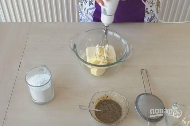 6. Для приготовления крема смешайте сгущенку с кофе. Сливочное масло взбейте миксером, пока оно не посветлеет. Добавьте сахарную пудру, взбивайте до ее растворения.