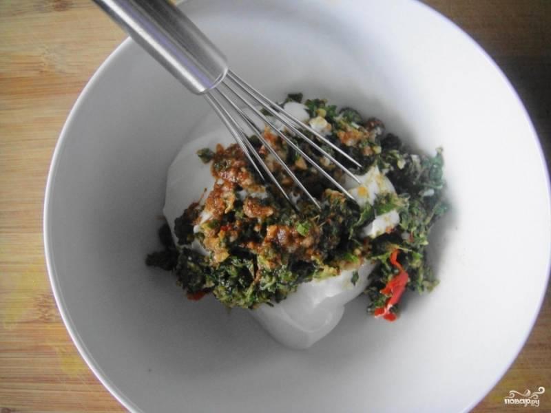 Смешайте измельчённую зелень с натуральным йогуртом, специями, кориневым сахаром и солью. У вас получится густой соус.