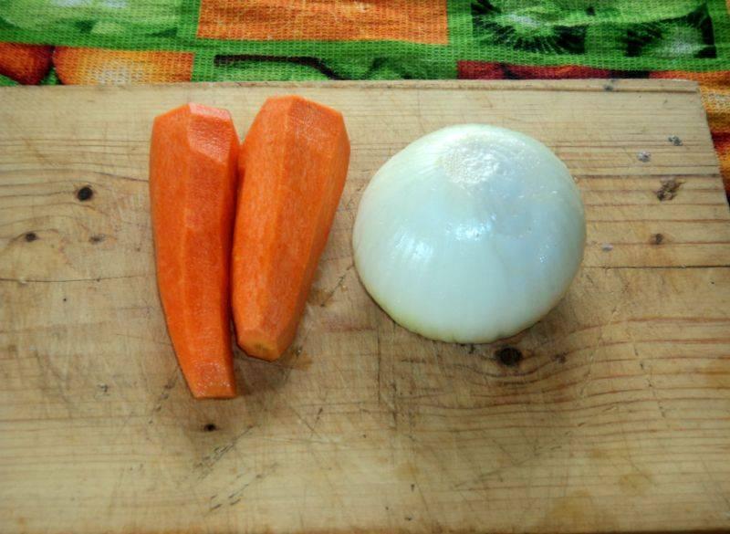 Чтобы баранина была мягкой, перед тем как класть ее на противень, мясо следует немного отварить в подсоленной воде, минут 30-40. Пока баранина варится, мы чистим морковь и репчатый лук.