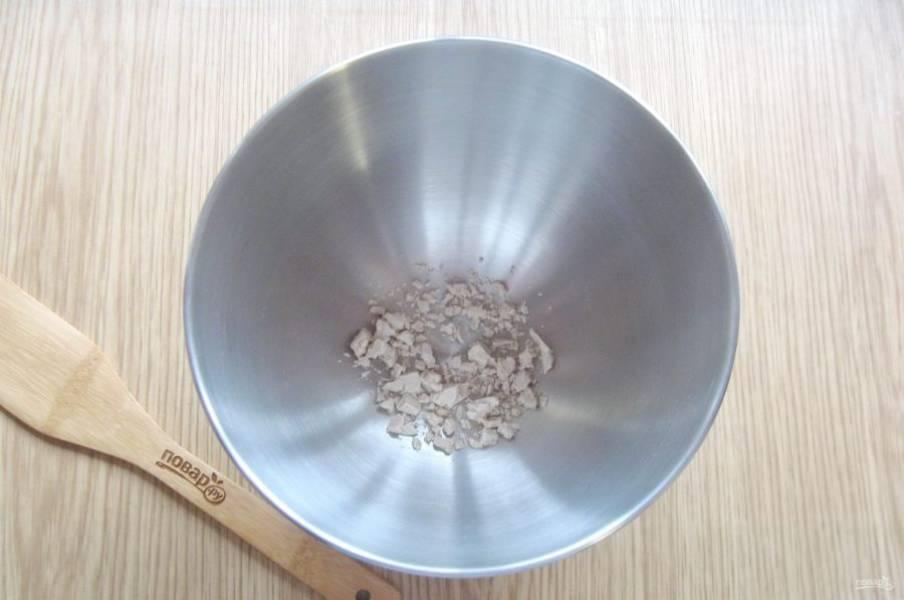 Свежие дрожжи раскрошите в миску.
