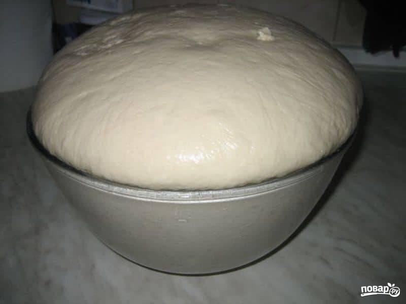3.Постепенно всыпаю заранее просеянную муку и замешиваю тесто, оставлю его при комнатной температуре на полтора часа (примерно), необходимо, чтобы тесто поднялось в 2-3 раза.