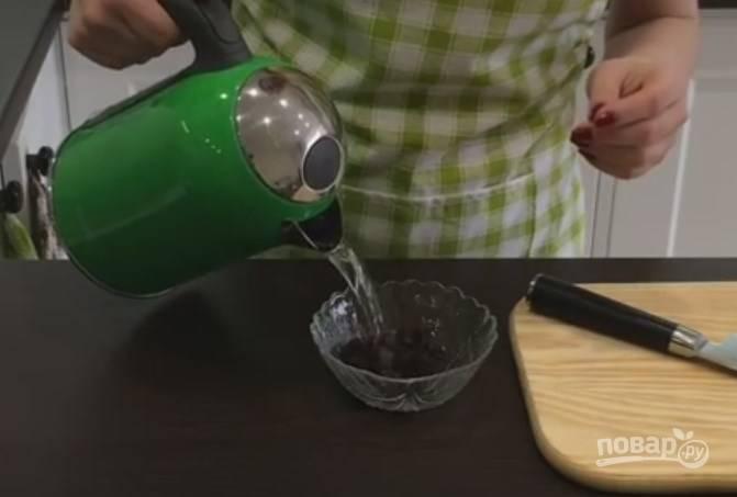 2. Изюм дважды обдайте кипятком, сполосните и выверните в сито, чтобы он подсох. Запаривать изюм не нужно.