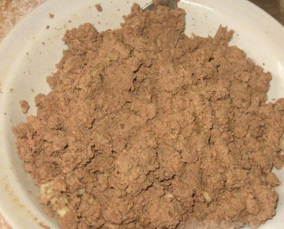 Для начинки: печень очищаем от пленок, обжариваем на масле с измельченным луком, солим и перчим. Пропускаем печень через мясорубку.