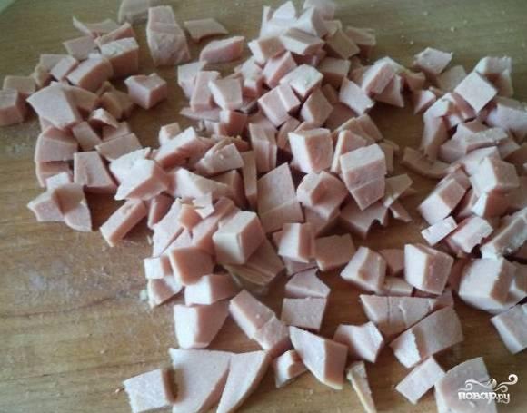 7. Вареную колбасу без вкраплений сала нарежьте кубиками такого же размера, как все ингредиенты.
