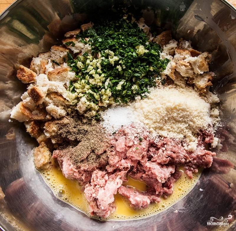 4. В глубокую мисочку к фаршу отправьте отжатый от молока хлеб, яйцо, чеснок, зелень, соль, перец. Можно также добавить немного тертого сыра. Тщательно перемешайте.
