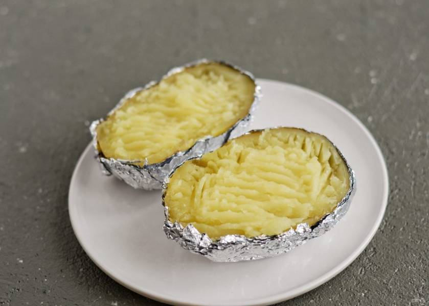 Разомните картофель в пюре вилкой.