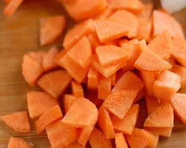 4. Луковицу и морковь очистить и нарезать.