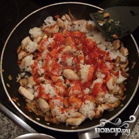 Добавьте рис, перемешайте, готовьте минуту и влейте кетчуп.