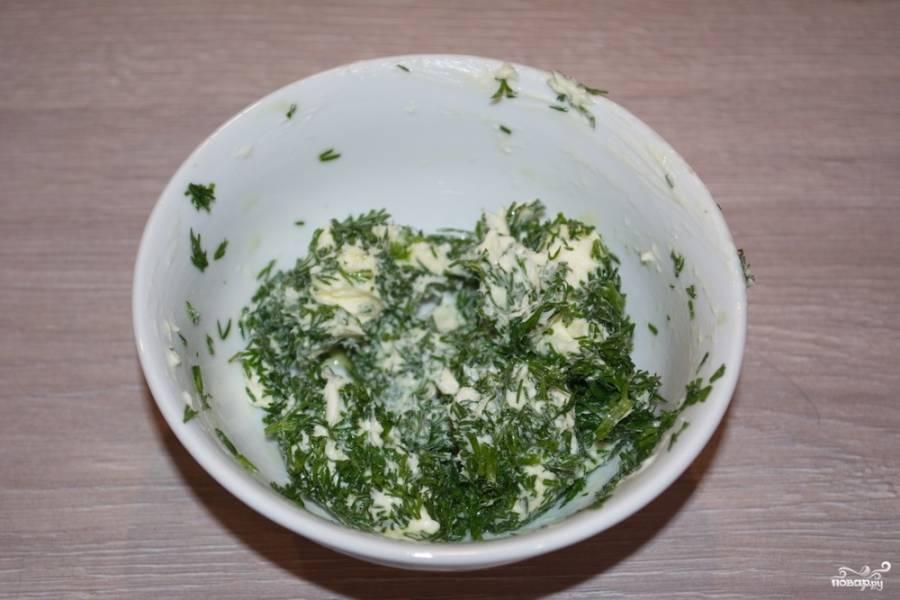 Куриное филе необходимо отбить слегка молоточком. Теперь посолим и поперчим по вкусу. В отдельной мисочке смешайте нарезанную зелень с 1 ч. ложкой лимонного сока и 150 г. сливочного масла.