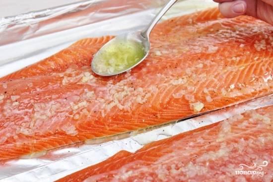 Поместите рыбу на противень. Посолите и поперчите по вкусу. Полейте растопленным сливочным маслом, посыпьте половиной измельченного укропа. Запекайте в духовке в течение 12-17 минут, в зависимости от толщины рыбы.