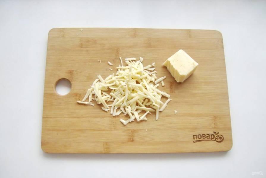 Любой твердый сыр по вашему вкусу натрите на терке.