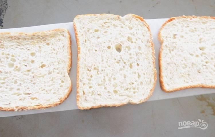 3.Выложите ломтики хлеба на противень. Разогрейте духовку до 180 градусов.