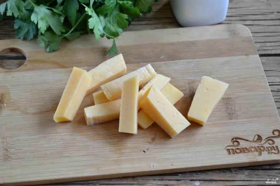 Сыр твердых сортов порежьте толстой соломкой.