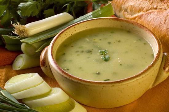 Добавляем заправку в бульон с горохом. Доводим суп до кипения и снимаем с огня. Приятного аппетита!