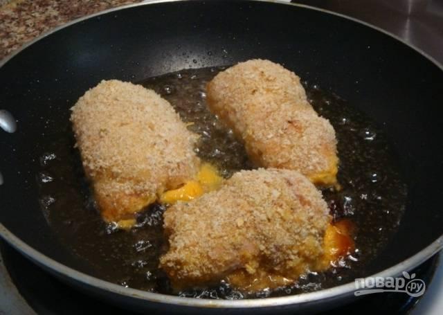 8.В сковороде разогрейте растительное масло, выложите рулетики и обжаривайте до румяной корочки.