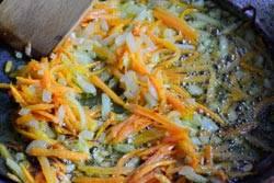 Порежьте мелко одну луковицу. Морковь натрите на терке. Обжарьте на масле до золотистой корочки.