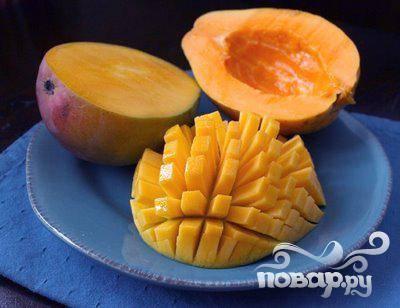 1.Все фрукты помойте и отряхните от воды. Бананы очистьте от кожуры, манго и папайю порежьте на кубики, предварительно удалив из них косточки.