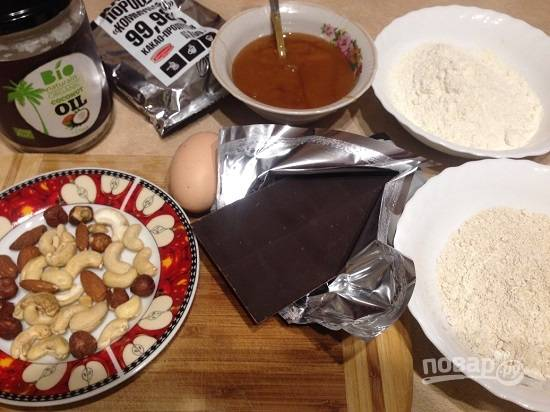 Подготовим ингредиенты. Если у вас нет овсяной муки, измельчите в кофемолке овсяные хлопья. Орехи для кекса можно взять любые, у меня смесь орехов.