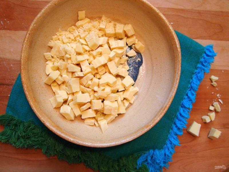 1.Используйте качественный белый шоколад, нарубите его небольшими кусочками и переложите в миску.