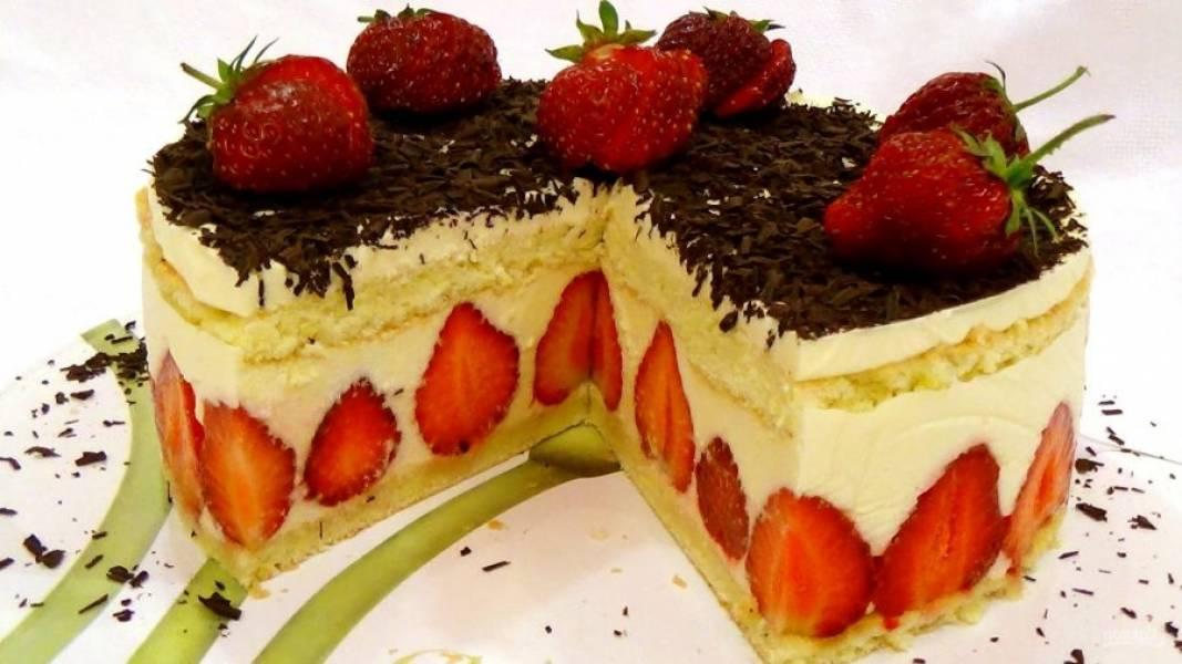 9. Готовый торт украсьте шоколадной стружкой и клубникой. Приятного аппетита!