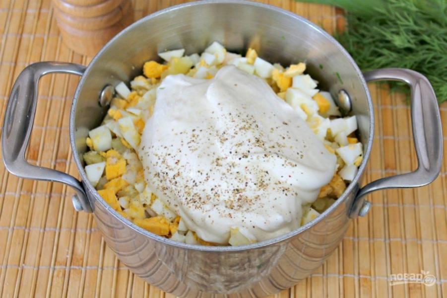 Заправляем холодный суп сметаной, посыпаем солью и перцем. Все перемешиваем.